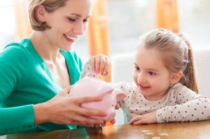 Los niños pueden aprender en casa a administrar el dinero responsablemente